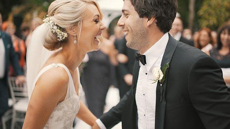 casal sorrindo após casamento