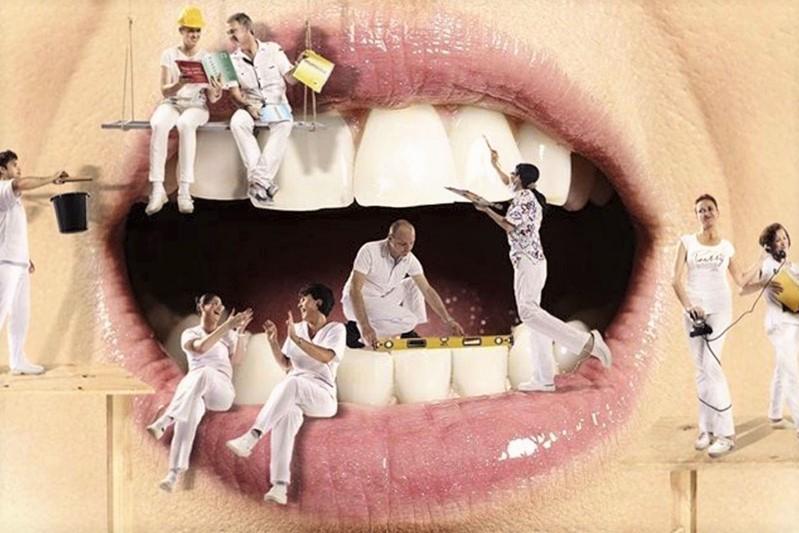 ilustração de uma boca com pessoas trabalhando dentro