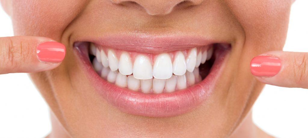 Sorriso e dentes brancos