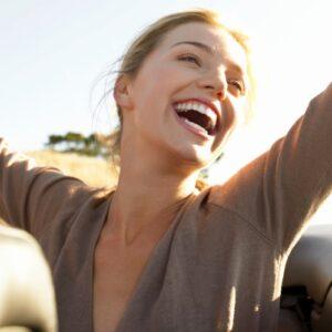 Mulher sorrindo no carro
