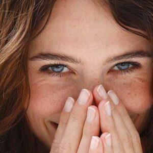 mulher envergonhada sorrindo